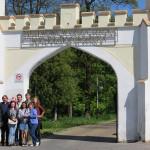 Група українських студентів перед брамою до PWSW