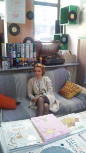 6.Наталка Сопіт на зйомках блогів в книгарні Довженко